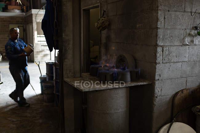 Männliche Arbeiter tragen Formen in der Gießerei — Stockfoto