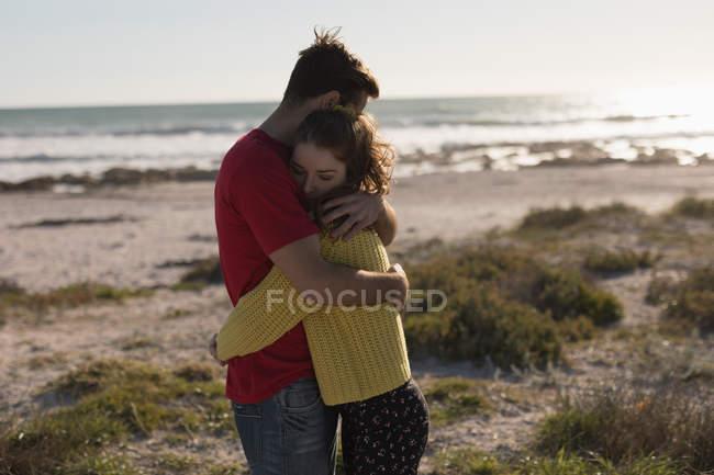 Романтическая пара, обнимающаяся на пляже — стоковое фото