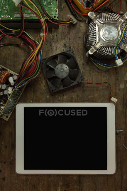 Primo piano di tablet digitale, scheda di circuito e ventilatore del computer sul tavolo — Foto stock