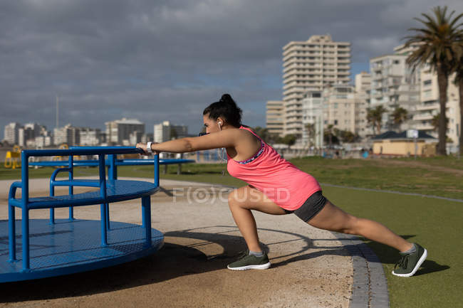Corredor feminino se exercitando no parque em um dia ensolarado — Fotografia de Stock