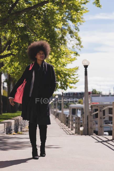 Nachdenkliche Afro-Frau läuft auf Straße — Stockfoto