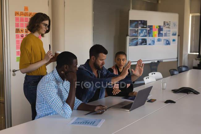 Керівники обговорення в конференц-залі, в офісі — стокове фото