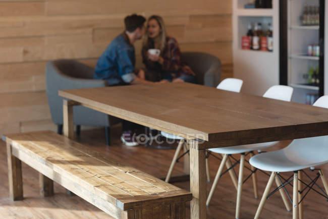 Couple romantique romancé dans café — Photo de stock