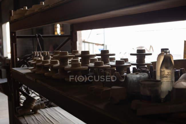 Незакінчений лиття металу, розташовані на таблиці в ливарне — стокове фото