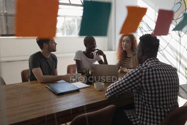 Führungskräfte diskutieren im Konferenzraum im Büro — Stockfoto