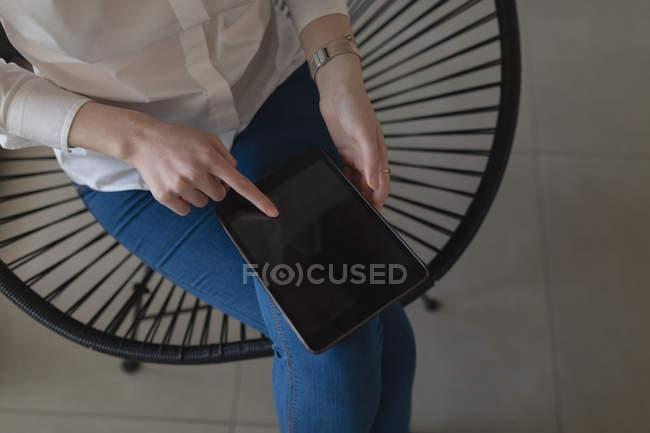 Міделю жіночий виконавчий, використовуючи цифровий планшетний в офісі — стокове фото