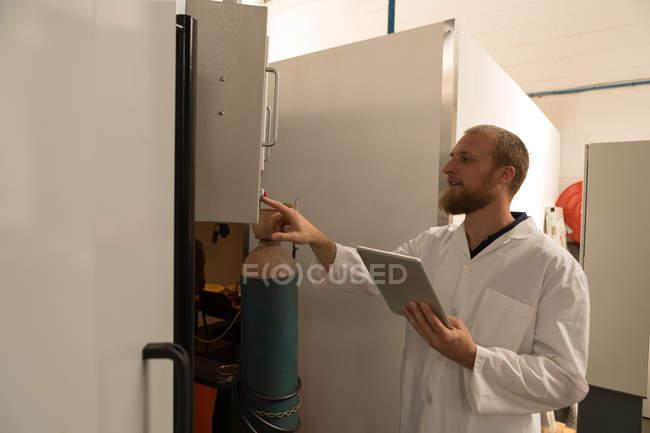 Ingegnere della robotica controllo pannello di controllo di magazzino — Foto stock