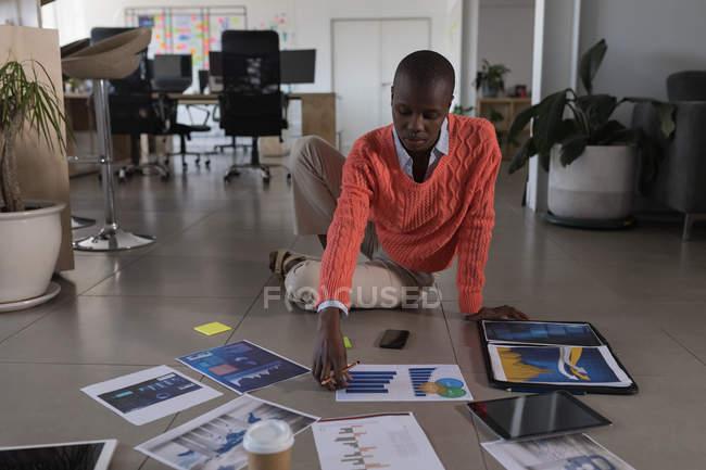 Executivo feminino, trabalhar no piso no escritório — Fotografia de Stock