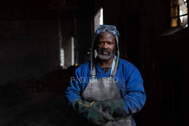 Porträt eines männlichen Arbeiters in einer Gießerei — Stockfoto