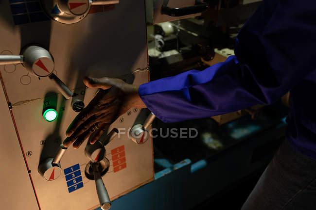 Primo piano dell'operaio pannello di controllo in fabbrica di vetro di funzionamento — Foto stock