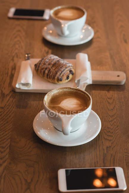 Закри, кава і солодкі страви на стіл в кафе — стокове фото