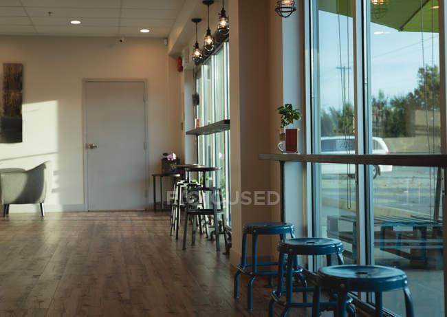 Intérieur du café moderne vide — Photo de stock
