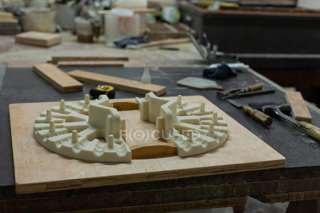 Guss- und Handwerkzeuge auf dem Tisch in der Gießerei-Werkstatt — Stockfoto