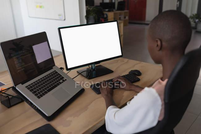 Женщина-руководитель, работающая за столом в офисе — стоковое фото