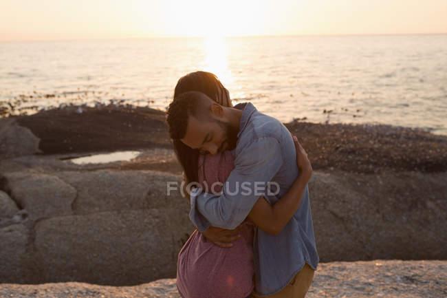 Romantisches Paar umarmt sich in der Nähe des Meeres — Stockfoto