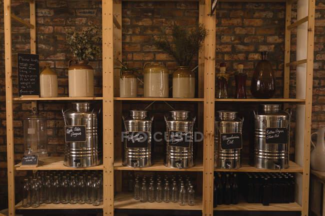 Банки и контейнеры на полке в супермаркете — стоковое фото
