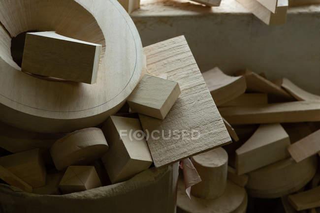 Nahaufnahme von Holzteilen in der Gießerei-Werkstatt — Stockfoto
