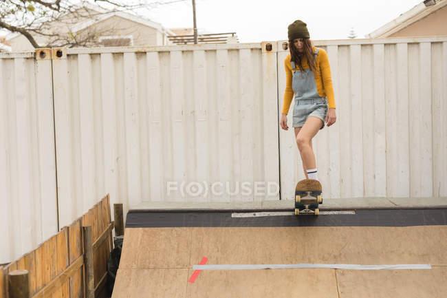 Junge weibliche Skater Skaten auf Skateboardrampe am Skateboard Hof — Stockfoto