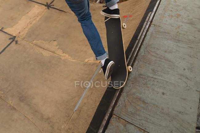 Nahaufnahme der Skateboarder Schlittschuhlaufen auf Skateboardrampe am Skateboard Hof — Stockfoto