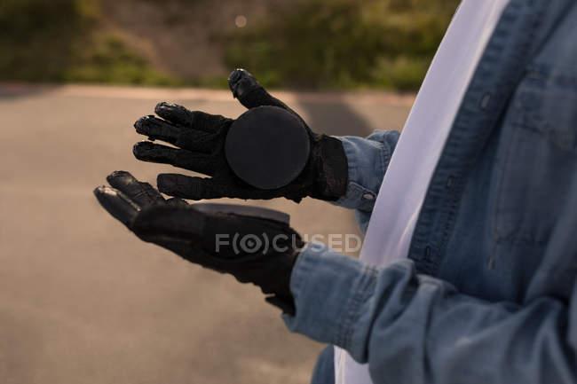 Закри Скейтбордист, дивлячись на скейтборді рукавички — Stock Photo