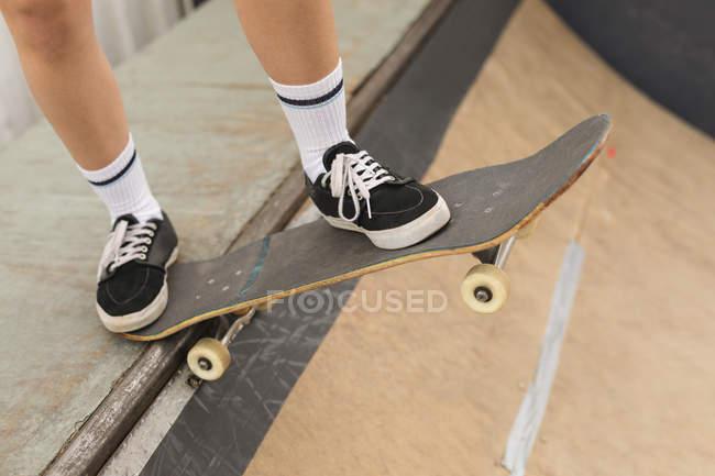 Nahaufnahme des weiblichen Skater Skaten auf Skateboardrampe am Skateboard Hof — Stockfoto