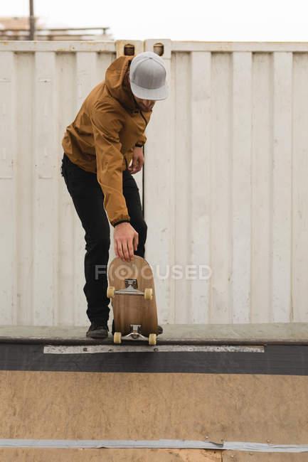 Stilvolle männliche Skater Skaten auf Skateboardrampe am Skateboard Hof — Stockfoto