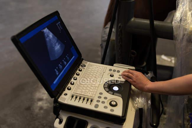 Крупным планом хирург с помощью электронного устройства в больнице — стоковое фото