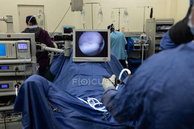 Хирургов, работающих на лошади в театре операции в больнице — стоковое фото