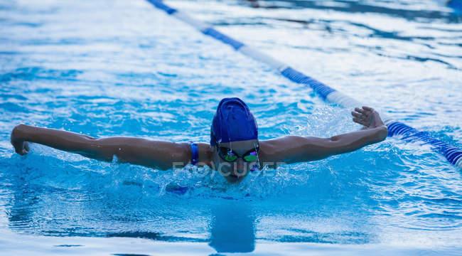 Vorderansicht des weiblichen Schwimmer schwimmen Schmetterling im Schwimmbad — Stockfoto