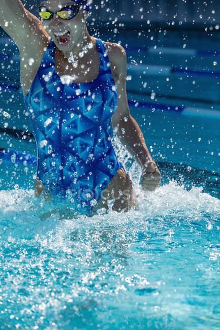 Vorderansicht des jungen weiblichen Schwimmer Spaß im Schwimmbad — Stockfoto