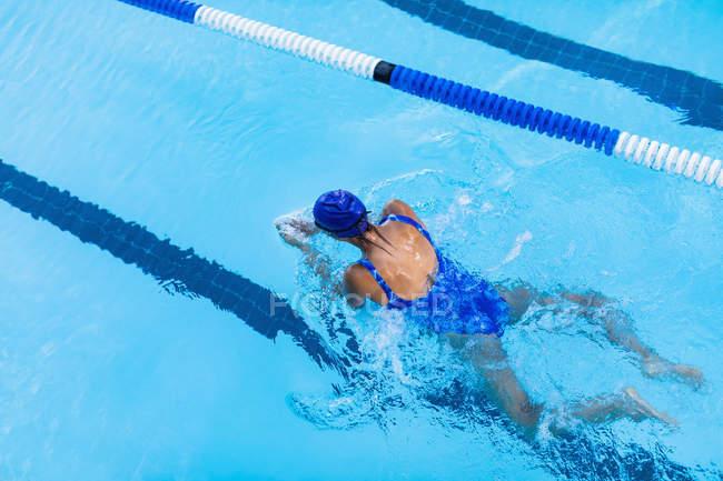 Vogelperspektive Blick auf weibliche Schwimmer schwimmen Brust im Schwimmbad — Stockfoto