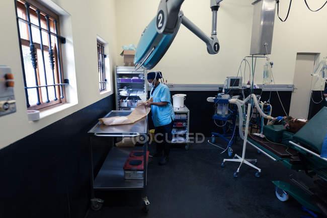 Женщины медсестра, работающих в театре операции в больнице — стоковое фото