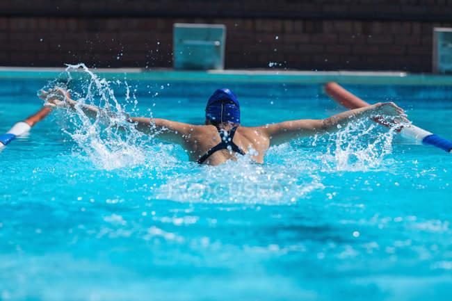 Rückansicht des jungen weiblichen Schwimmer mit Schwimmen Goggle-Schwimmen im Schwimmbad — Stockfoto