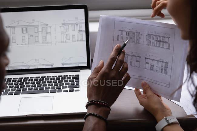 Gros plan des gens d'affaires diversifié discutant et projetant sur plan directeur au bureau à bureau — Photo de stock