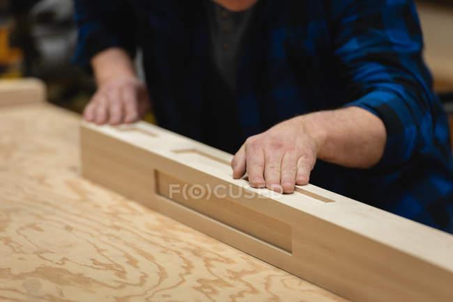 Mittlerer Teil des Tischlers, der in einer Werkstatt arbeitet — Stockfoto