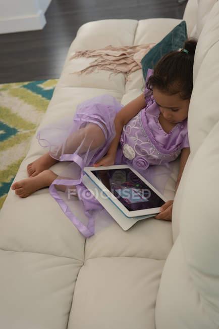 Erhöhte Ansicht der Mischlinge Mädchen mit digitalen Tabelle Zinn Wohnzimmer zu Hause — Stockfoto