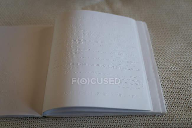 Макро книги Брайля на кровати в спальне дома — стоковое фото