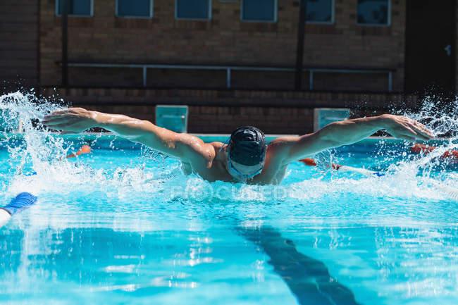 Vorderansicht des männlichen Schwimmer mit den Schmetterling am Pool schwimmen schwimmen-goggle — Stockfoto