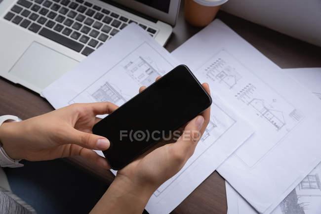 Erhöhte Ansicht der Mischlinge Geschäftsfrau mit Handy im Büro am Schreibtisch — Stockfoto