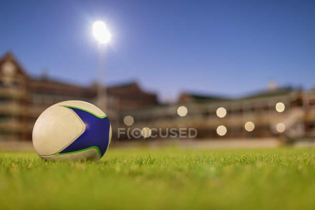 Закри Регбійним м'ячем на стадіоні в сутінках — стокове фото