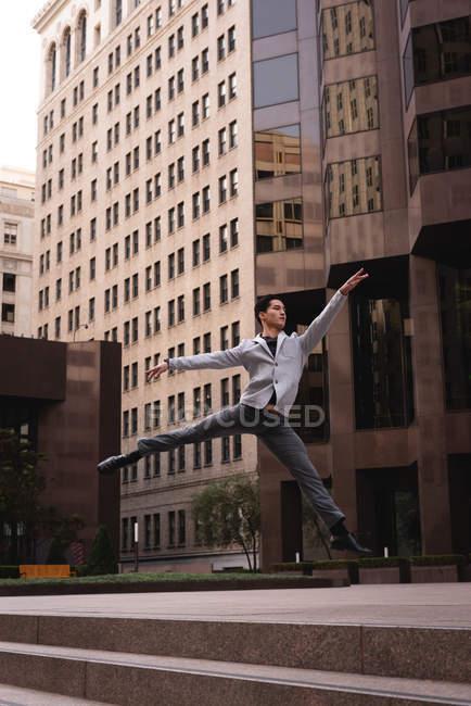 Vorderansicht schöner asiatischer Mann springt und tanzt auf Treppen — Stockfoto