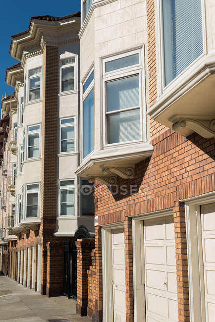 Exterior of row houses on a sunny day — Stock Photo