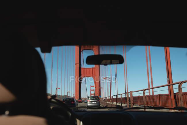 Вид изнутри автомобиля моста Золотые ворота в солнечный день — стоковое фото