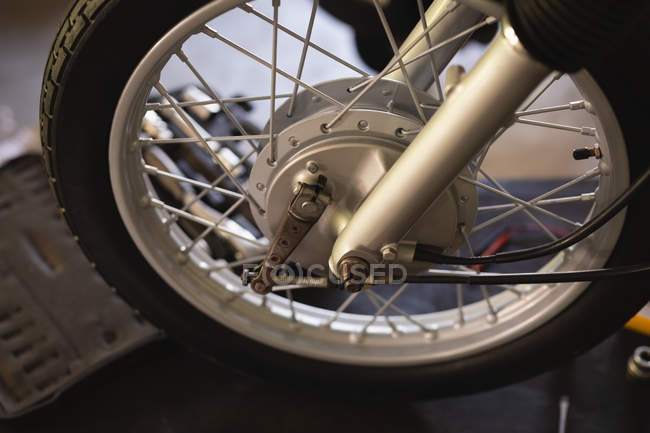 Крупним планом мотоциклетний колесо в майстерні — стокове фото