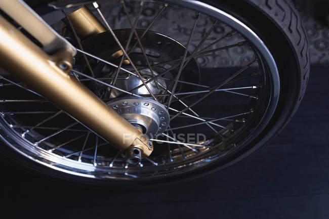 Високий кут зору мотоциклетний колесо в майстерні — стокове фото