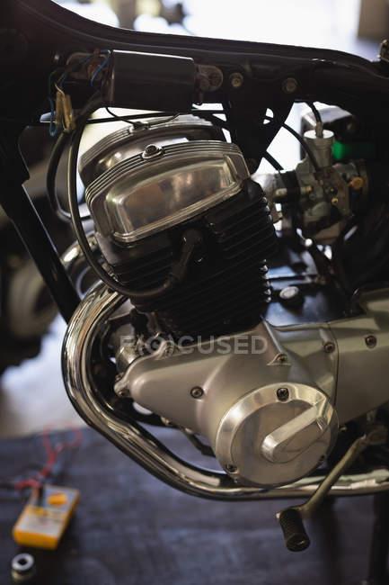 Primer plano del motor de moto en el garaje - foto de stock