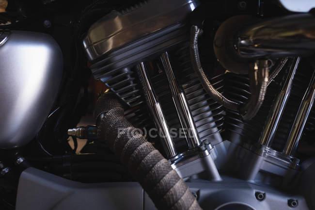Close-up do motor de moto na garagem — Fotografia de Stock