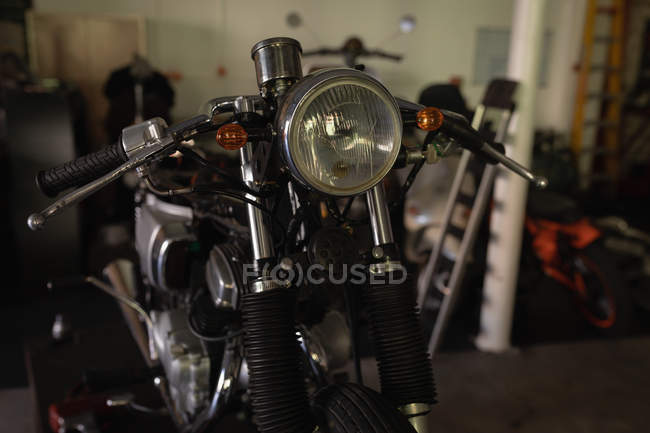 Front view of old motorbike at garage — Stock Photo