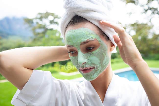 Вид женщины в маске, стоящей у бассейна — стоковое фото