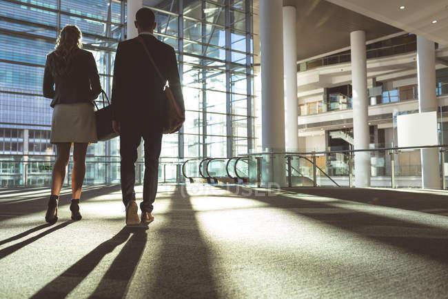 Вид сзади на бизнес-людей, строящихся в современном офисном здании — стоковое фото
